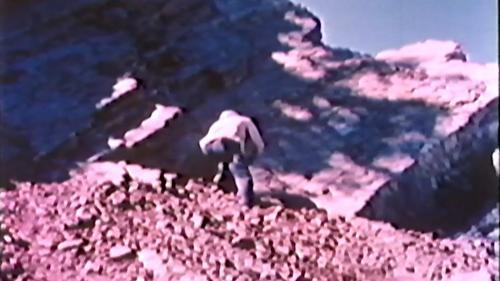 中部橫貫公路興建榮工以人工引爆炸藥:由一有經驗的工作人員點燃雷管。