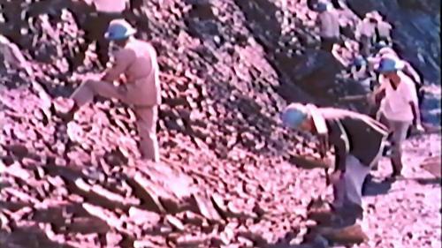 中部橫貫公路興建時榮工開炸山石後清理石塊