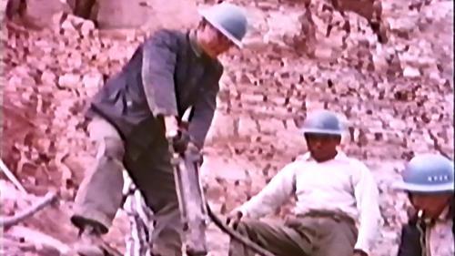 中部橫貫公路興建中榮工用美援空壓機破碎大石塊:是件相當吃力的工作