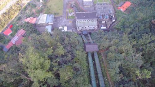 壓力鋼管2支,各分2段,上段長50公尺,直徑2.3公尺,斜度  20度,下段長73公尺,直徑2.0公尺,斜度20-48度。