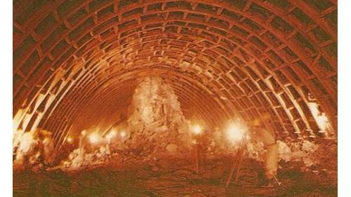 導水隧道上半部開挖及鋼拱支撐,上半部開挖施工使用鋼拱支撐,在當時是極新的工法。