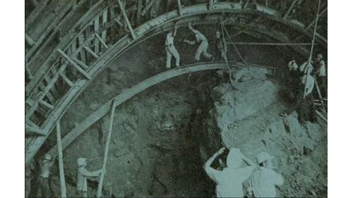 導水隧道上半部開挖後H型鋼拱支撐。約有50公尺使用當時最新進的NATM工法
