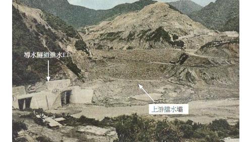 擋水壩(副壩) 於1969年12底開工,1970年6月完工,成為主壩的一部份。