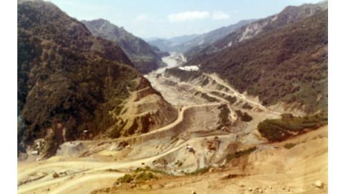 曾文水庫大霸工程-大霸填築:是一座滾壓式不透水黏土心型結構的土石壩,於1970年10月31日開工,1973年4月21 日全部完工