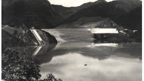 曾文水庫:溢洪道主體成形,於1973年蓄水時光景