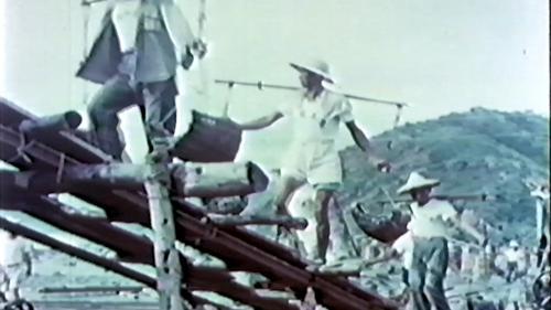 榮工處承辦大武漁港工程以人力挑運的砂石及水泥