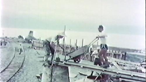 榮工處承辦大武漁港工程 榮民們在為已裝模的菱形消波塊鋼模澆置混凝土