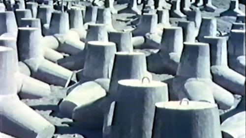 榮工處承辦大武漁港工程中已製好的菱形消波塊(置於儲存場)
