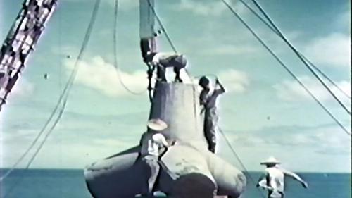 榮工處承建大武漁港工程-榮民們利用吊桿準備將重3噸以上的消波塊抛放到預定的海中