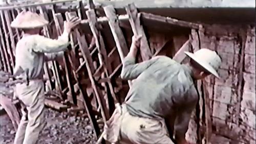 榮工處專業化的橋樑工程隊橋樑施工中-拆模板