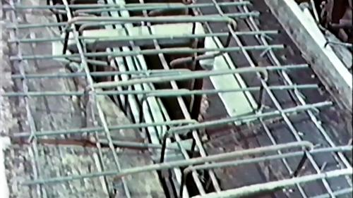 榮工處專業化的橋樑工程隊橋樑預力梁工法施工中-裝置預力管線及預力鋼材