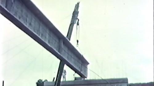榮工處專業化的橋樑工程隊橋樑預力梁工法施工中-吊放預力梁