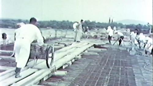 榮工處專業化的橋樑工程隊橋樑施工的橋面混凝土澆置
