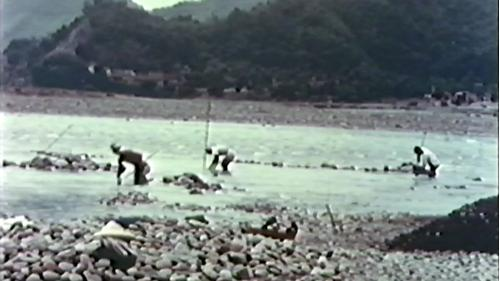 榮工處砂石廠:在河中以人工採集砂石