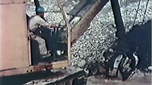 榮工處砂石廠:使用重機械採集砂石