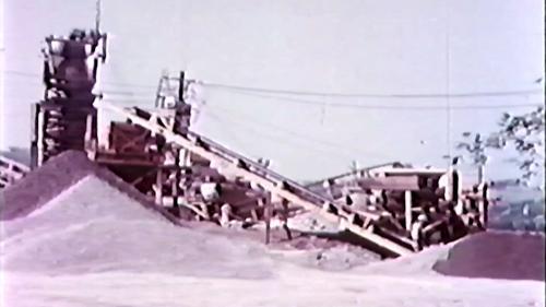 接收了三部碎石機,其中兩部經過整理展開作業。