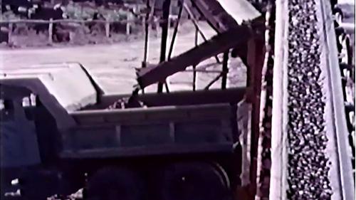 榮工處砂石廠:將碎好的砂石送上卡車