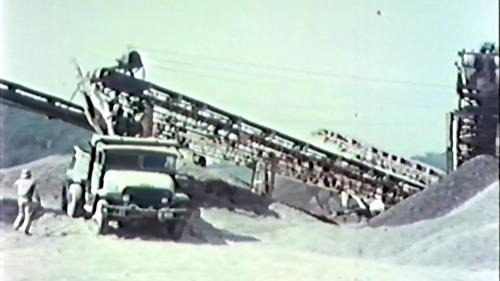 榮工處砂石廠:卡車裝載砂石作業