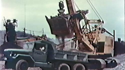 榮工處砂石廠:以重機械搬運砂石至卡車上
