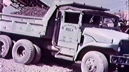 榮工處砂石廠:卡車載運砂石作業