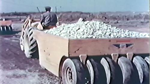榮工處承建屏東機場擴工程:使用工程車運送砂石