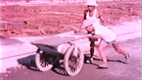 榮工處承建屏東機場擴建工程:以人力推車運送水泥