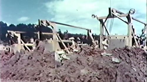 榮工處承建的北基二路工程:一排推土機整地