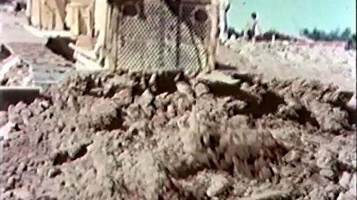 榮工處承建的北基二路工程:推土機作業