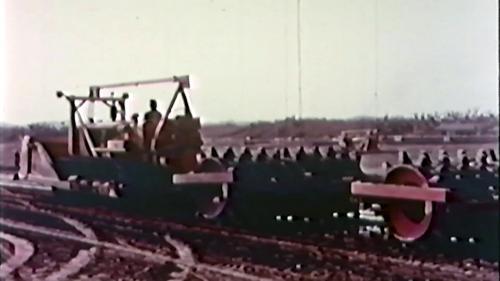 榮工處承建的北基二路工程:羊腳滾壓路機作業