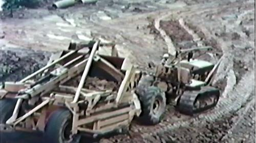 榮工處承建的北基二路工程:重機械搬運泥沙