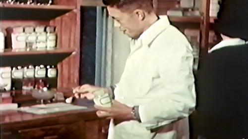 早期榮工醫護室醫護人員配藥