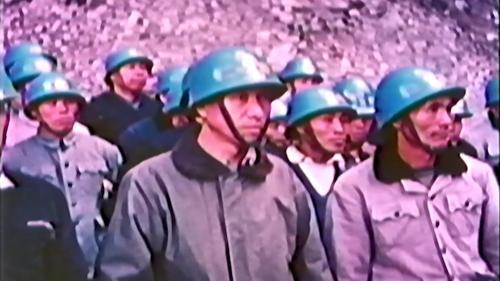 經國先生前往工區探視榮工,榮工們聆聽經國先生嘉勉
