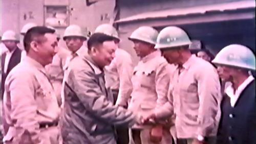 經國先生前往工區宿舍慰問榮工弟兄們並一一握手致意