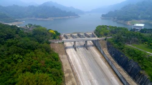 由大安溪士林攔河堰越域引水的鯉魚潭水庫鋸齒堰溢洪道