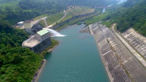 由大安溪士林攔河堰越域引水的鯉魚潭水庫鋸齒堰溢洪道下
