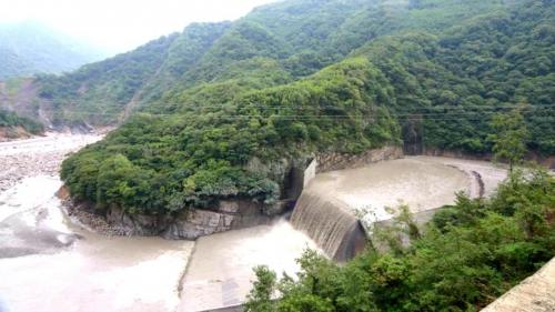 巴陵壩位於石門水庫上游35.5公里處,1977年完工,為混凝土重力壩,主要功能是要攔截大漢溪的砂石。
