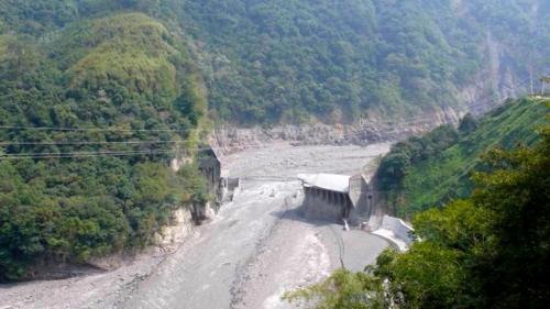 2007年韋帕颱風所夾帶的大量豪雨,導致巴陵壩基礎沖刷淘空塌陷,最後造成潰壩。