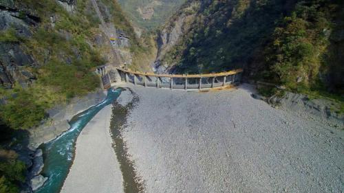 石門水庫上游榮華壩壩頂