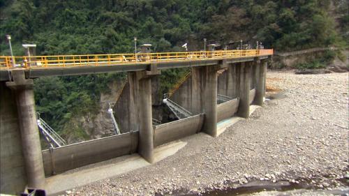 石門水庫上游榮華壩壩頂之溢洪道閘門