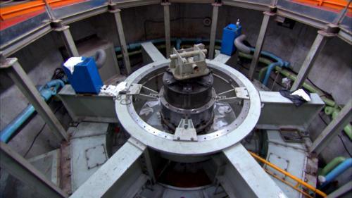 石門水庫上游的義興電廠發電機年度特別檢修中的推力軸承塊