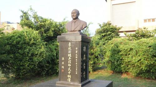南部火力電廠首任廠長李式中先生銅像