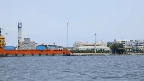 現安平港可停泊30,000噸之貨輪