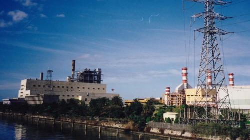 南部火力電廠已除役之舊廠房與新建的複循環機組廠房