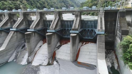 立霧溪流域溪畔壩排洪門及排砂門(最右側)
