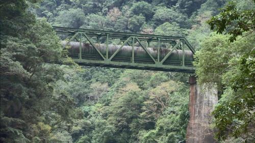 立霧電廠水源砂卡礑溪上方橫跨的直徑三米長之輸水管