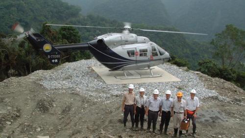 和平溪流域碧海電廠直升機載運人員
