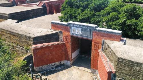 高雄港:旗后西式砲臺之中式入口,旗后砲臺整體設計屬西式砲臺,但砲臺的八字門入口卻非常中式,兩邊門牆上更以磚砌成樣式不同的「囍」字
