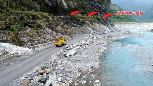 木瓜溪通往龍澗電廠的溪底便道及建廠初期人行通道(左上方)