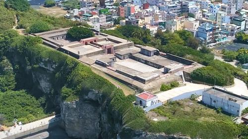 高雄港>旗后砲台:1874年牡丹社事件後,沈葆楨在旗后的山上建造威震天南砲台,在哨船頭附近建造雄鎮北門砲台。