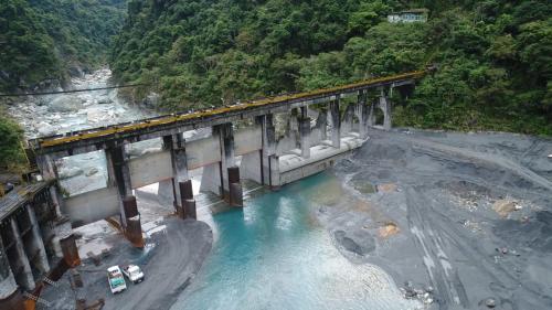主要功能是提供其下游的銅門發電廠發電之用,是木瓜溪流域最下游的水庫。在1943年至1945年遭遇嚴重之颱風及暴雨侵害,造成銅門發電所及其攔水壩損壞嚴重。國民政府來台後,1952年進行重建工作,1955年竣工。